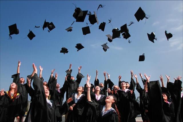 Schüler feiern ihr erfolgreich bestandenes Abitur