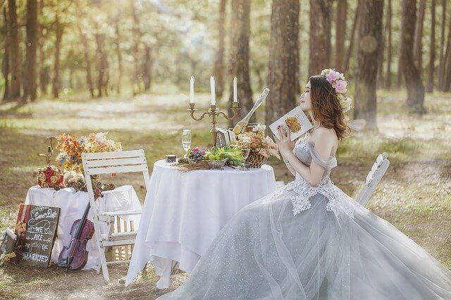 Braut liest eine Hochzeitszeitung