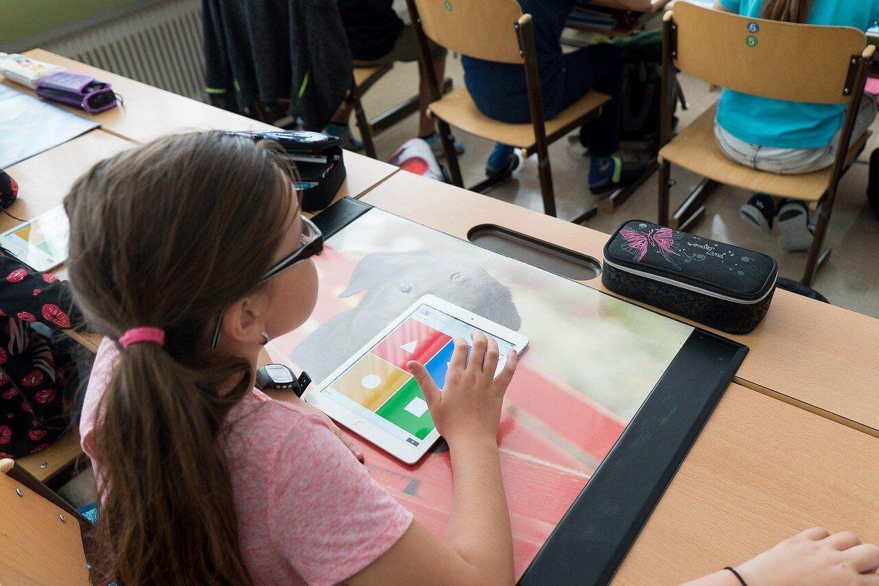 Grundschülerin sitzt im Unterrichtsraum