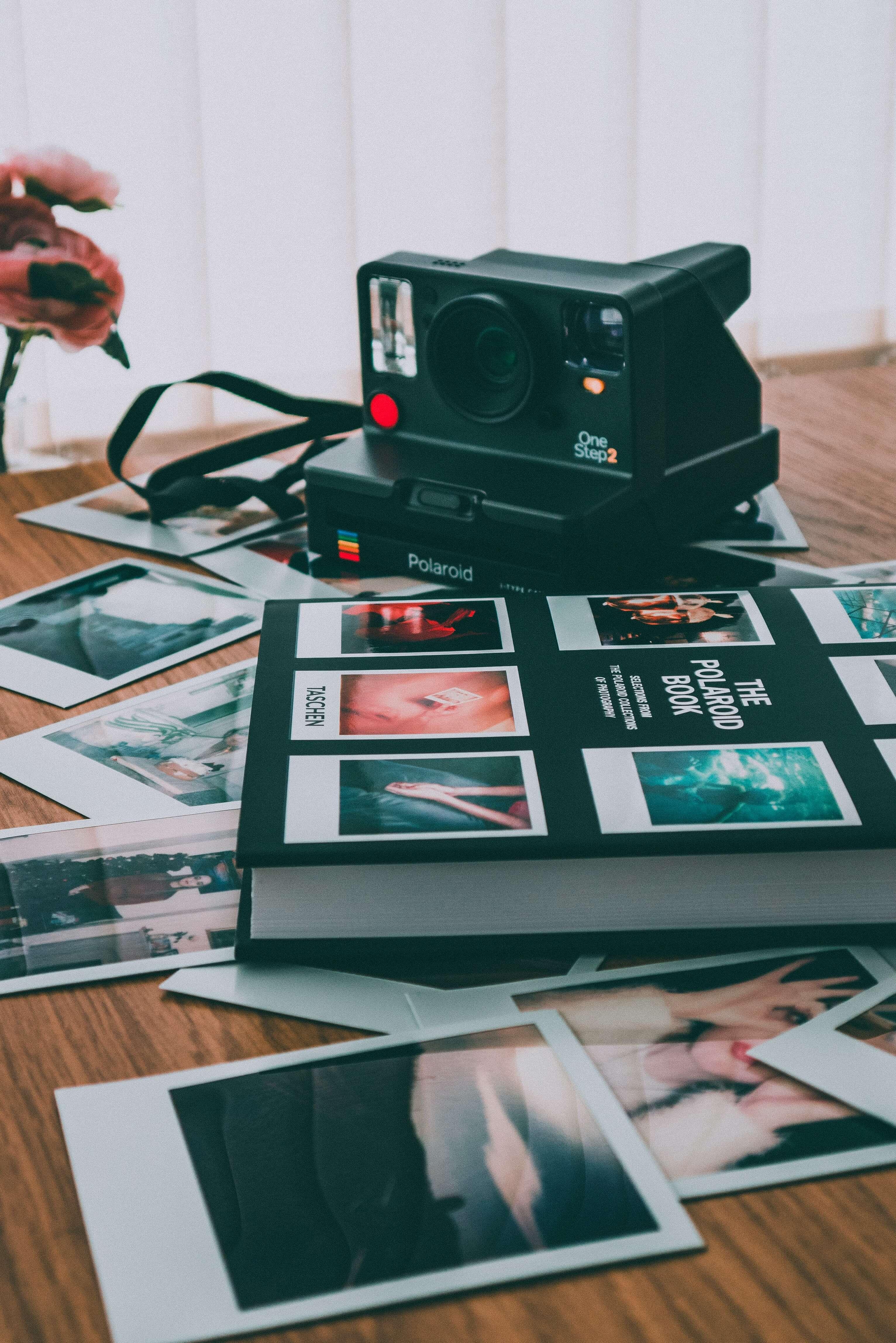 Kamera, Fotos und ein Fotobuch