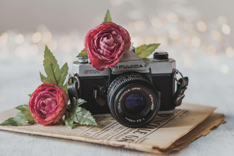 Kamera und eine individuelle Zeitung