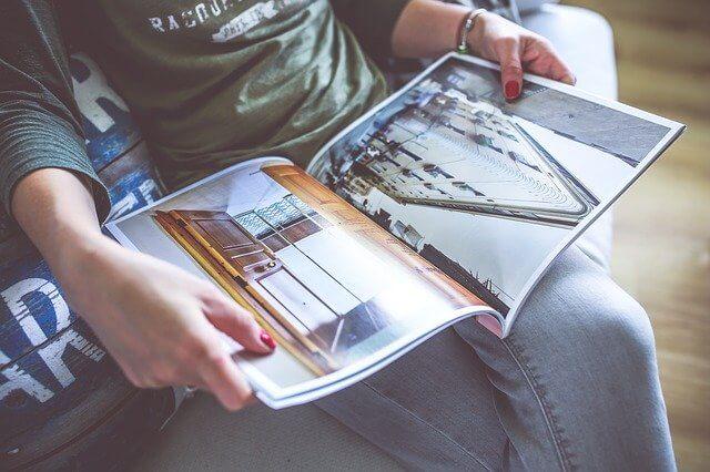 Eine Frau liest ein Magazin