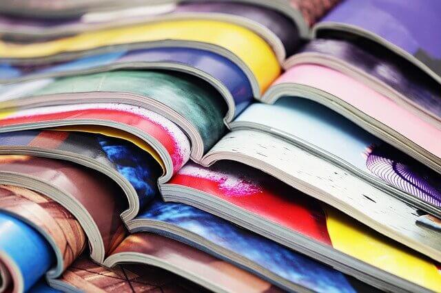 Vielfältige Magazine mit kräftigen Farben