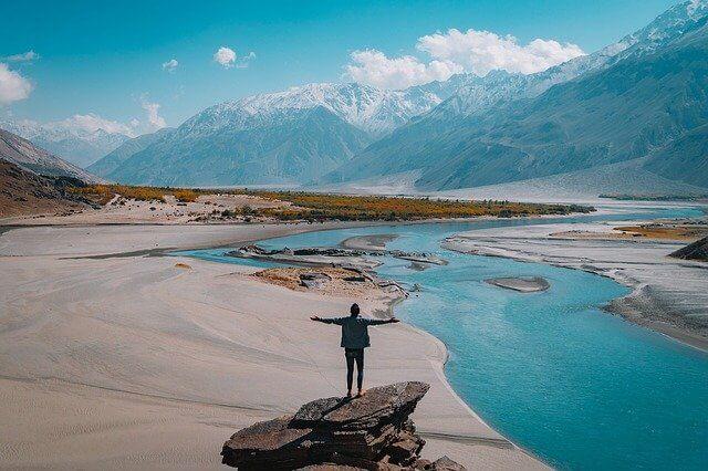 Reisen in schöner Landschaft mit Bergen und Flüssen