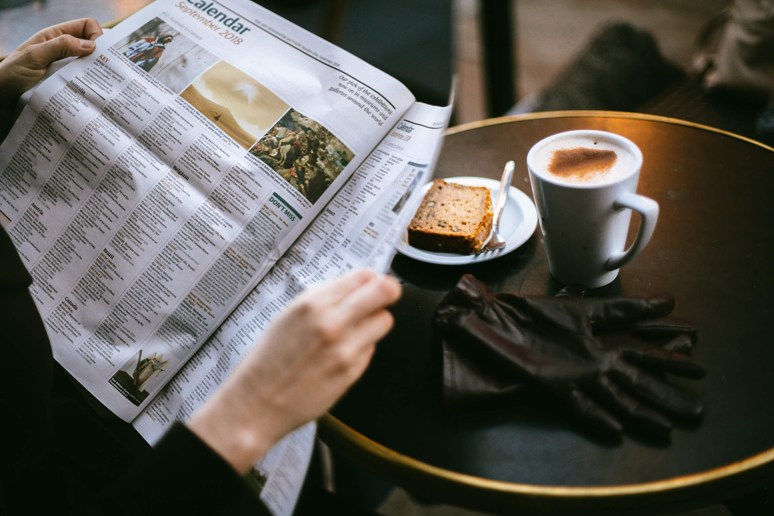 Zeitung lesen im Café