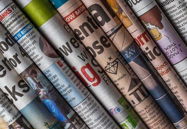 Verschiedene Zeitungen nebeneinander zusammengerollt