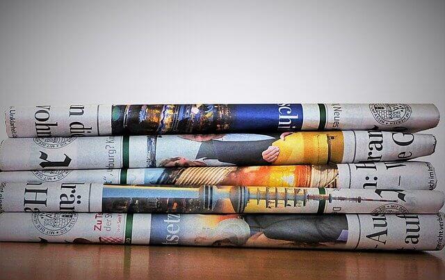 Vielfältige Zeitungen auf gestapelt