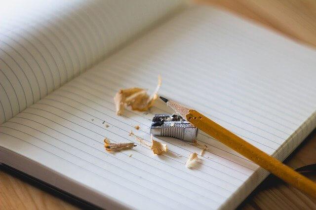 Bleistift und Anspitzer bereit zum Texte schreiben