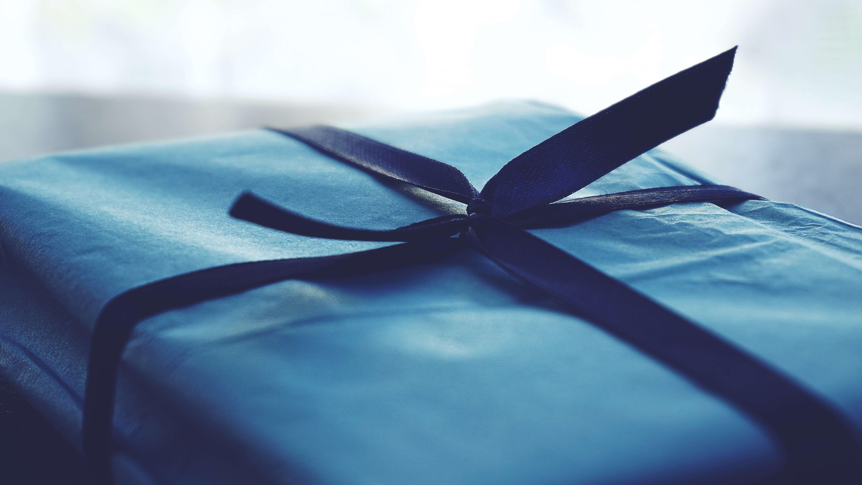 Geburtstagsgeschenk in blauem Geschenkpapier