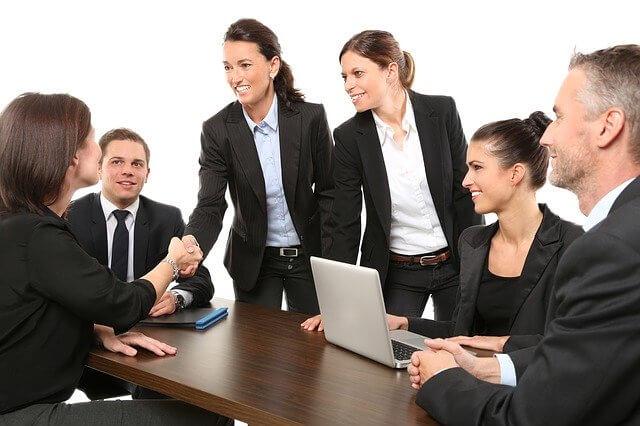 Mitarbeiter diskutieren gemeinsam in Redaktionssitzung
