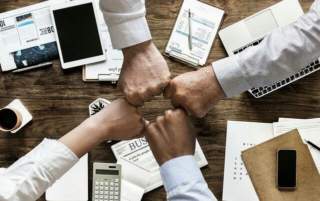 Mitarbeiter planen gemeinsam eine Mitarbeiterzeitung